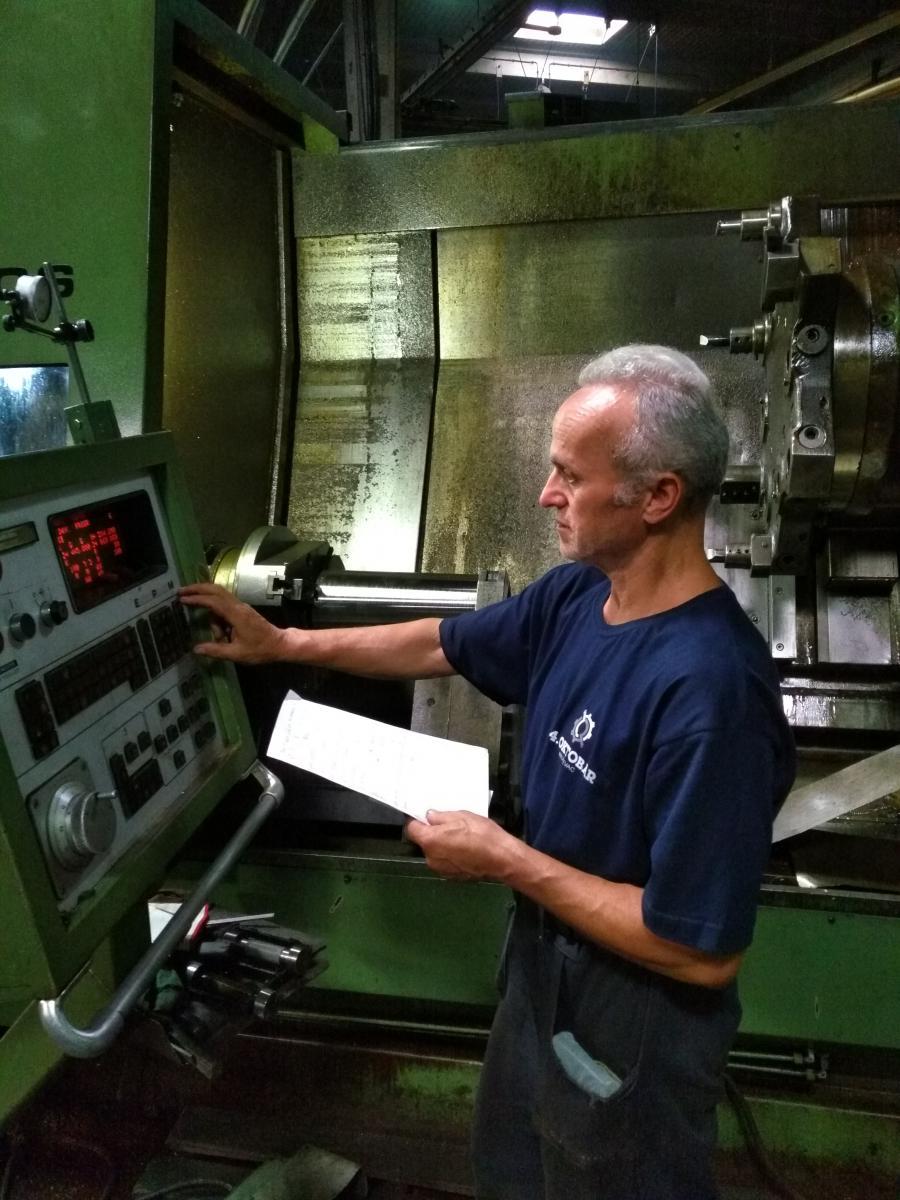 Radnik Anđelković Zoran menja program na CNC mašini na kojoj se obavlja deo operacijaza izradu novih kovačkih alata za košuljicu 125 mm